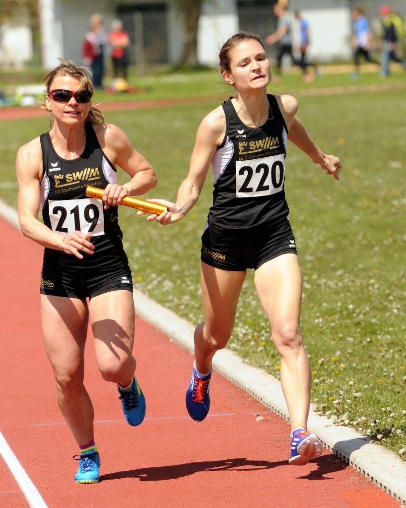 Agnes Ferenczi, Sabine Kurtenacker und Katharina Weimer von der LG Stadtwerke München gewinnen den Titel über 3x800 Meter bei den Seniorinnen W30 bei Bayerischen Langstaffelmeisterschaft.