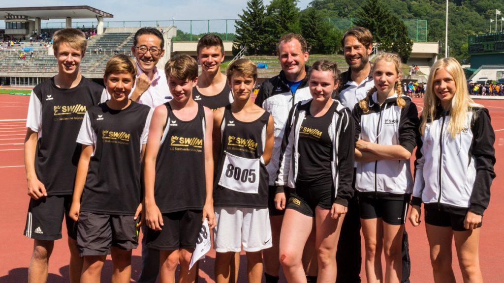 Sportminister von Sapporo mit Sportlern und Trainern der LG Stadtwerke München