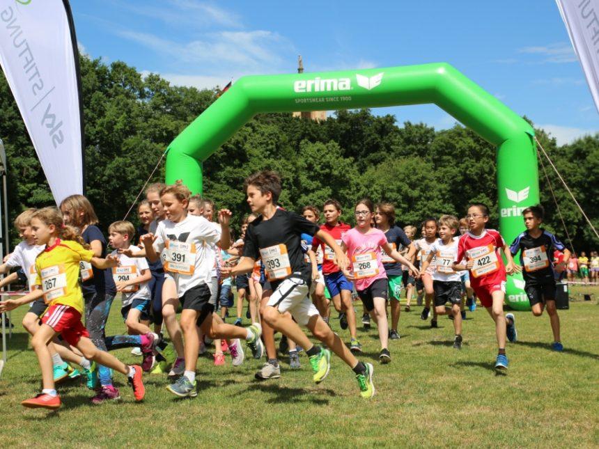 Münchner Schüler mit Begeisterung bei XCROSS-Hindernislauf