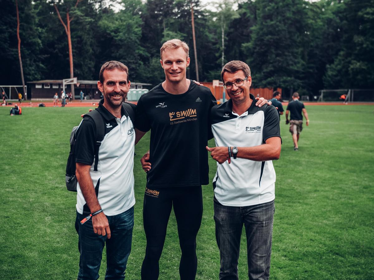 Johannes Trefz von der LG Stadtwerke München mit Trainern