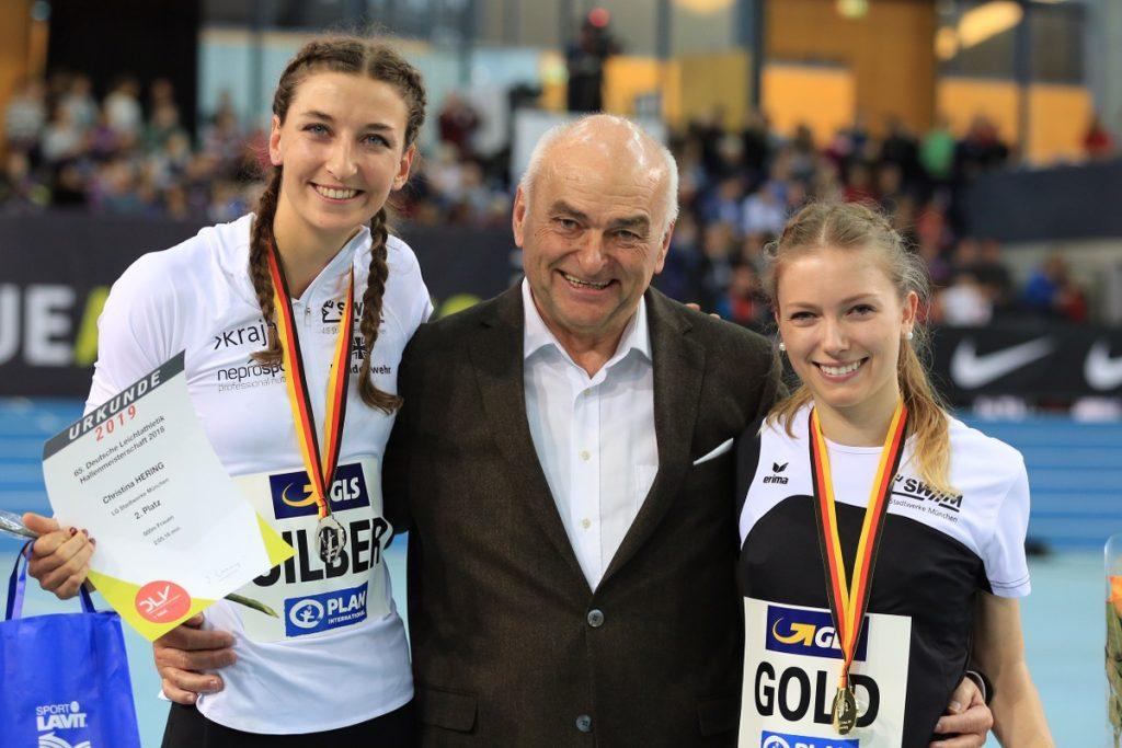 Christina Hering und Katharina Trost von der LG Stadtwerke München bei der Siegerehrung mit BLV-Präsident Gerhard Neubauer