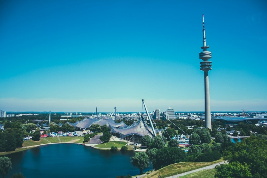 Münchner Olympiapark mit Turm Photo by Tavis Beck on Unsplash