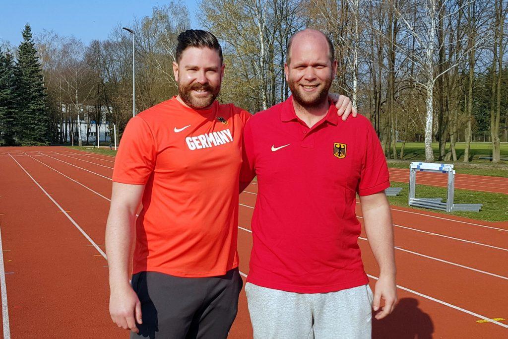 Christoph Bischlager und Trainer Andreas Bücheler von der LG Stadtwerke München in Kienbaum