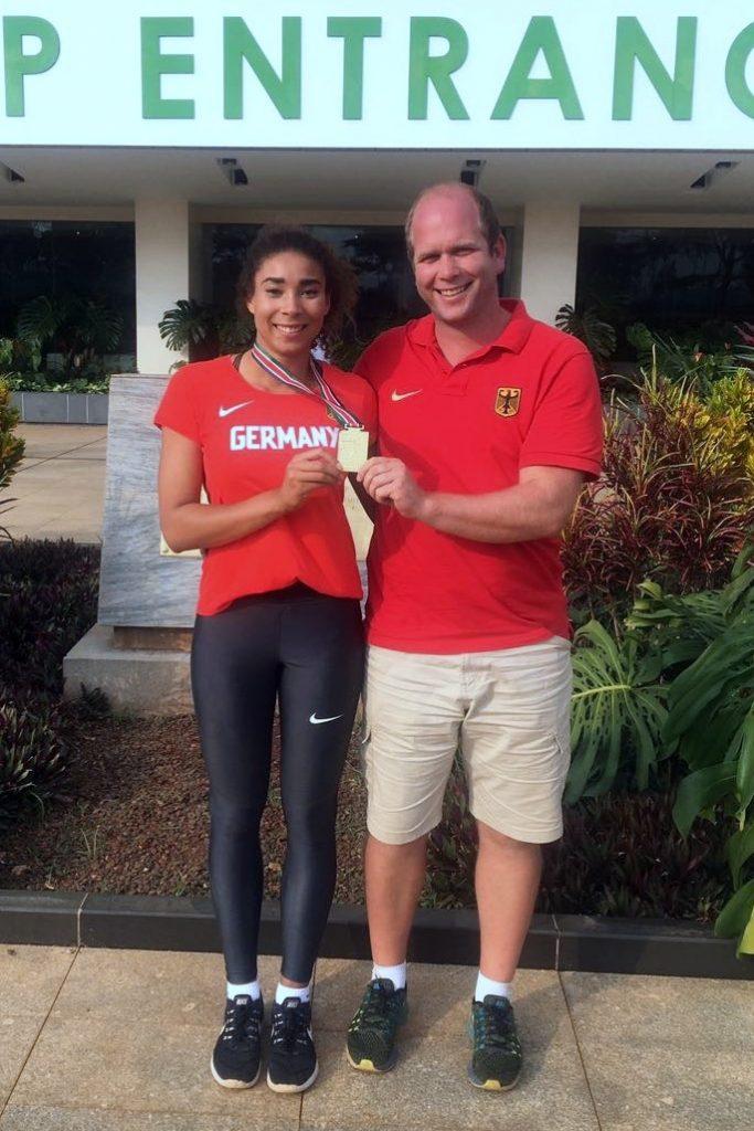 Selina Dantzler und Trainer Andreas Bücheler von der LG Stadtwerke München mit der WM-Goldmedaille in Nairobi/Kenia