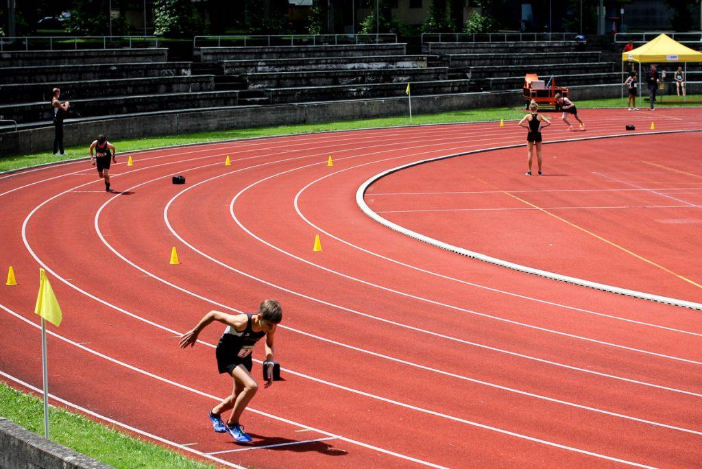 Der 800-Meter-Lauf findet in Bahnen statt